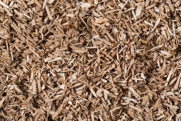 Des morceaux d'élément à fumer en copeaux de bois donnant de la saveur et du goût à de nombreux éléments à motif beige naturel.