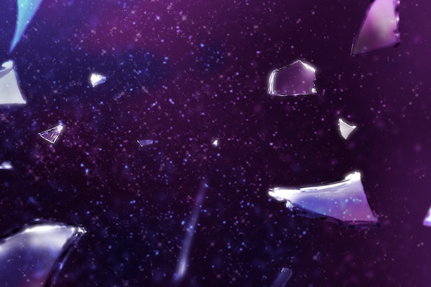 Morceaux de fond de verre brisé brisé dans la lumière violette