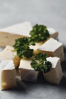 Morceaux de fromage et persil