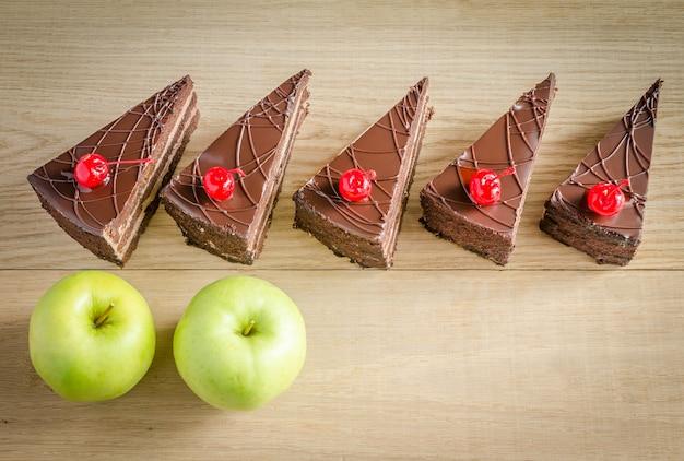 Morceaux de gâteau au chocolat et deux pommes
