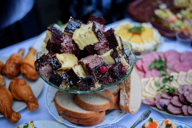 Morceaux de gâteaux au fromage faits maison et biscuits au chocolat