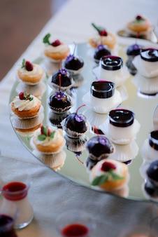 Des morceaux de gâteaux savoureux servis sur un plat en couches