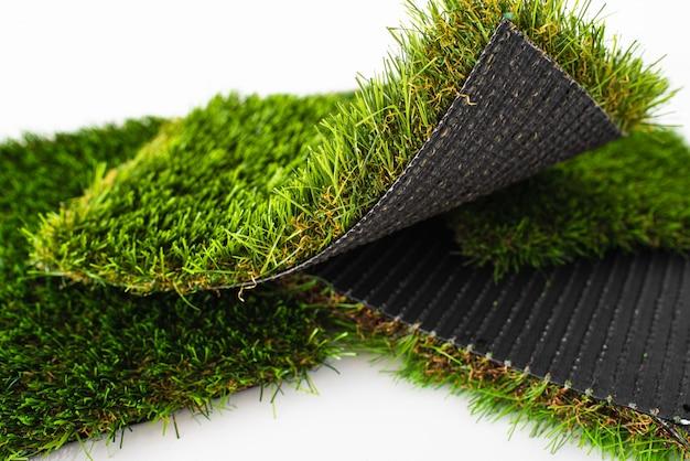 Morceaux de gazon artificiel vert de différentes épaisseurs
