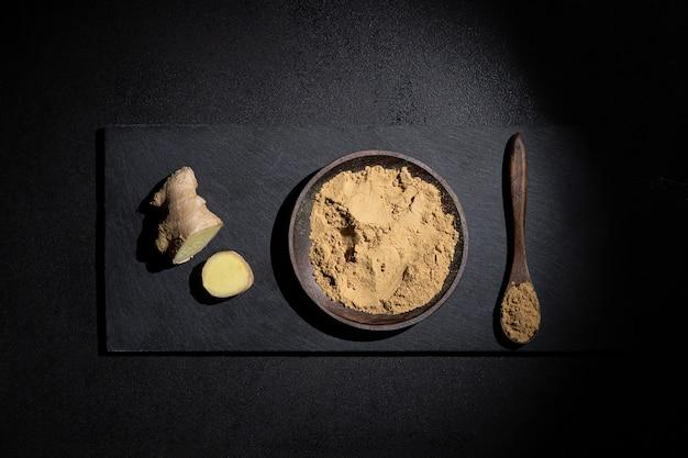 Morceaux de gingembre et de poudre de gingembre