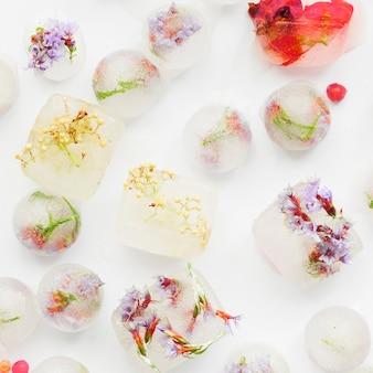 Morceaux de glace blanche avec des fleurs à l'intérieur