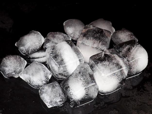 Morceaux de glace pilée sur fond noir