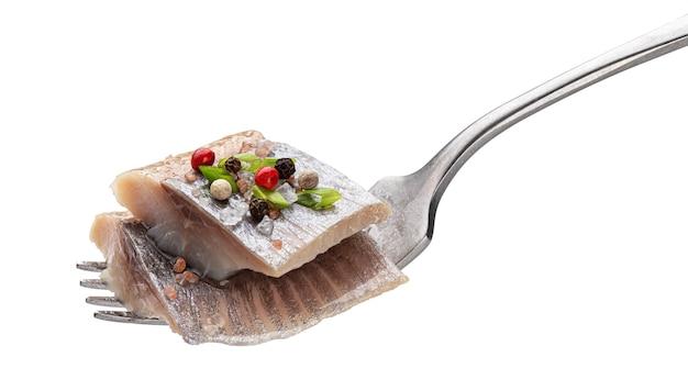 Morceaux de hareng salé sur fourche isolé sur fond blanc avec un tracé de détourage, tranches de filet de poisson maquereau mariné