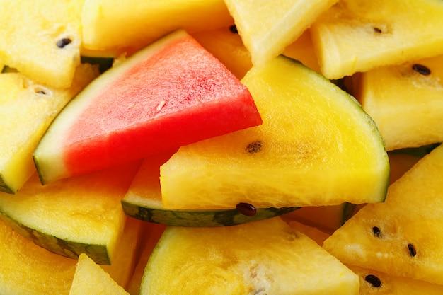 Morceaux de melon d'eau rouge et jaune dans une assiette.