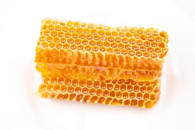Morceaux de miel de cire d'abeille sur un blanc