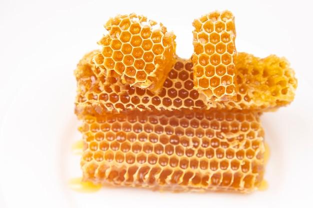 Morceaux de miel de cire d'abeille sur blanc