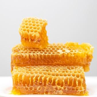 Morceaux de miel de cire d'abeille sur fond blanc