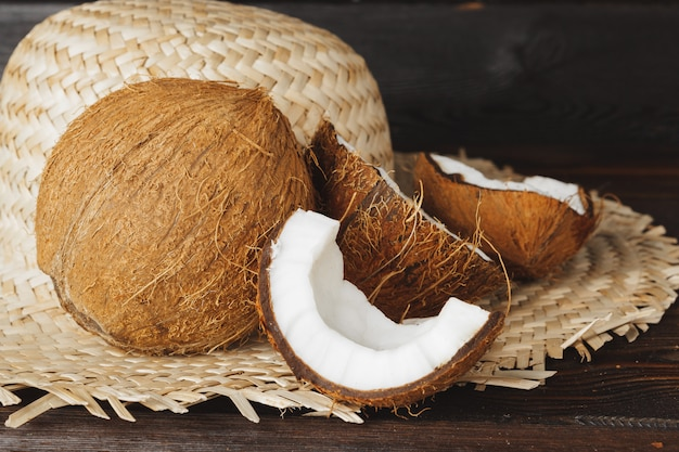 Morceaux de noix de coco fissurés sur un mur en bois foncé