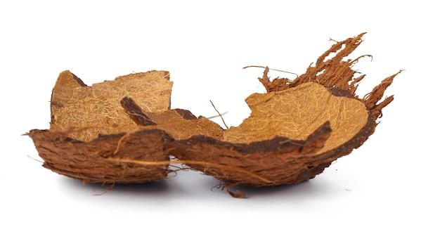Morceaux d'une noix de coco sur fond blanc