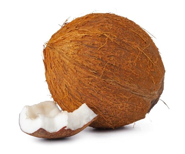 Morceaux de noix de coco isolés sur fond blanc