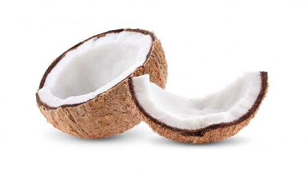 Morceaux de noix de coco sur un tableau blanc.