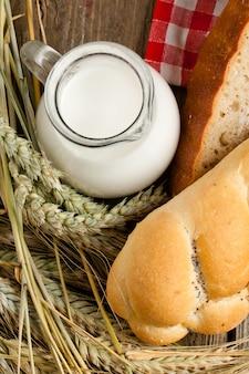 Morceaux de pain avec du lait