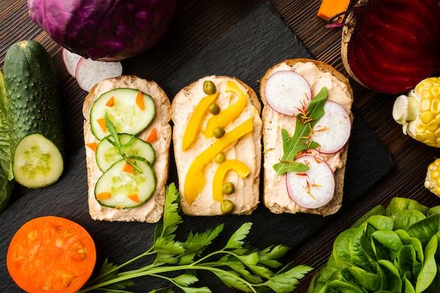 Morceaux de pain avec légumes et arrangement de légumes