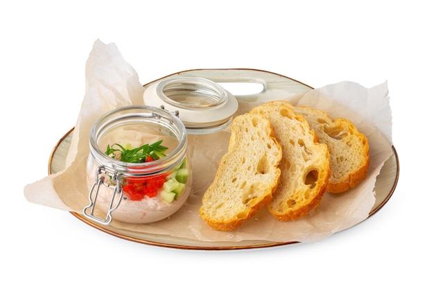 Morceaux de pain avec pâté de poisson isolé sur blanc