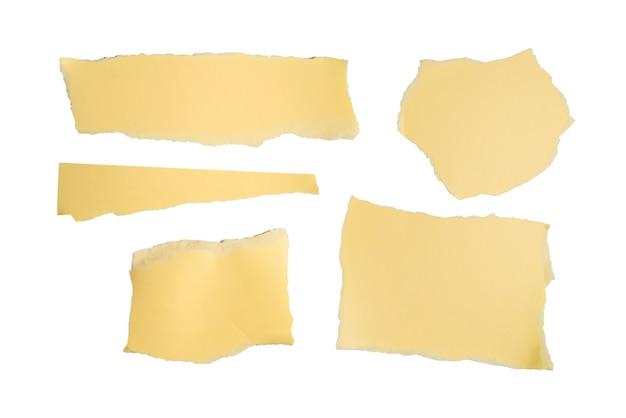 Morceaux de papier beige vides isolés. espace pour le texte ou la conception.