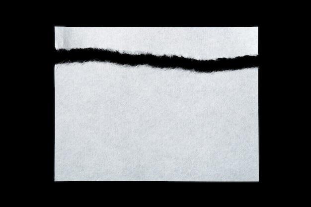 Morceaux de papier déchiré isolé sur noir