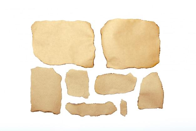 Morceaux de papier déchirés bruns