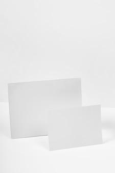 Morceaux de papier sur fond blanc