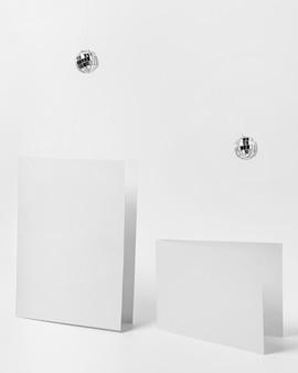 Morceaux de papier avec des globes disco