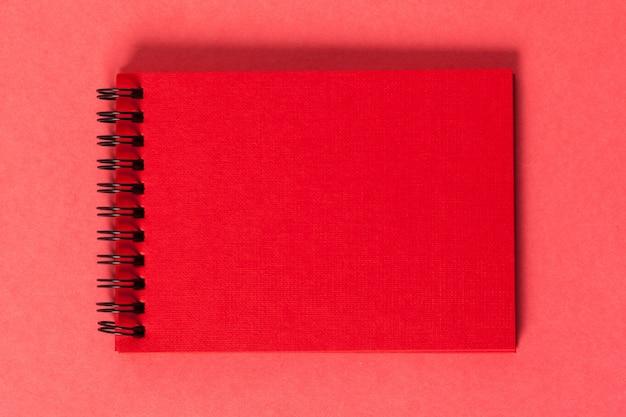 Morceaux de papier vierge sur un fond rose de couleur