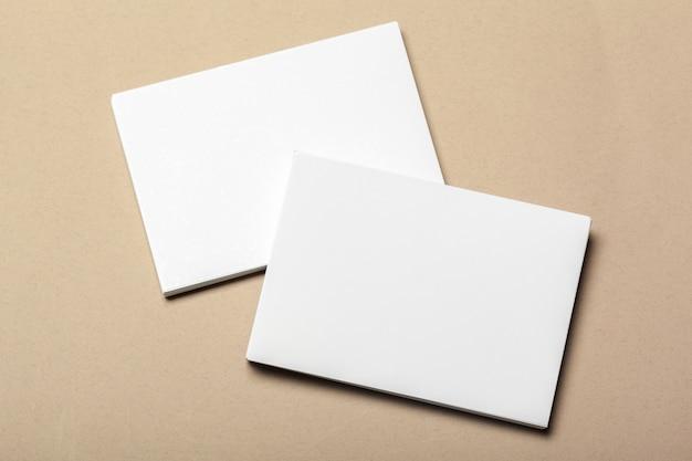 Morceaux de papier vierges sur fond beige