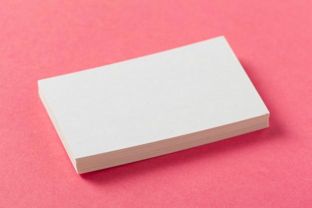 Morceaux de papier vierges sur fond rose coloré