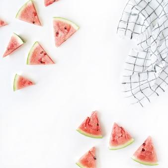 Morceaux de pastèque sur blanc