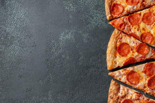 Morceaux de pizza au pepperoni