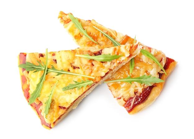 Morceaux de pizza fraîche quatre fromages isolés sur blanc
