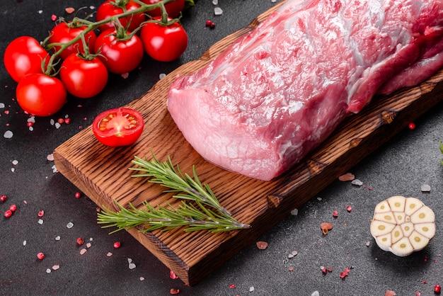 Morceaux de porc frais prêts à cuire dans la cuisine. médaillons de surlonge steaks d'affilée prêts à cuire