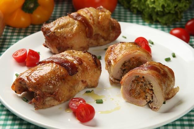 Morceaux de poulet au bacon. légumes dans l'espace