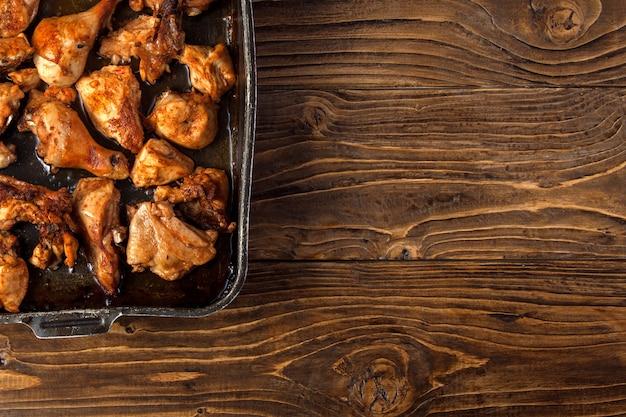 Morceaux de poulet au four sur une plaque à pâtisserie