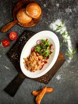 Morceaux de poulet aux oignons frits en sauce