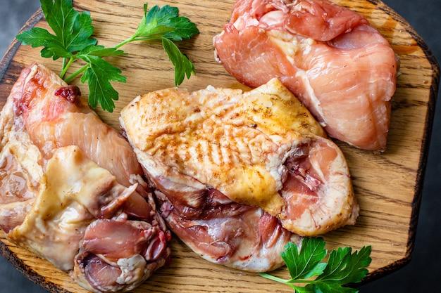 Morceaux de poulet cru coq ou oie viande de ferme fraîche canard