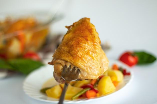 Morceaux de poulet rôti aux légumes