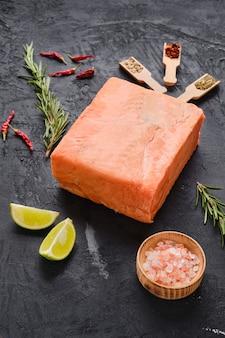 Morceaux de saumon crus pressés en briquette aux épices et herbes