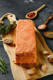 Morceaux de saumon crus pressés en briquette