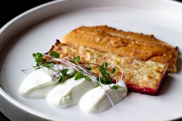Morceaux de saumon cuits au four sur une assiette.