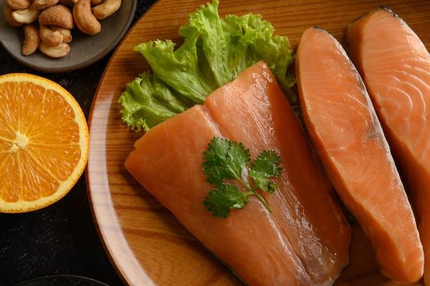 Morceaux de saumon sur une plaque en bois. mise au point sélective.