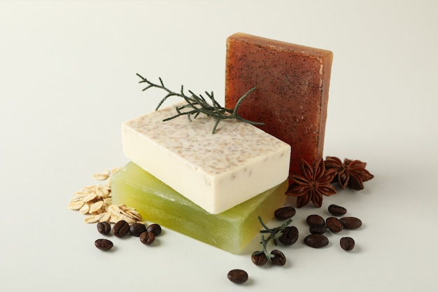 Morceaux de savon artisanal naturel sur fond blanc