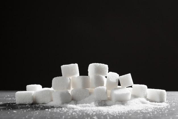 Morceaux de sucre empilés ensemble
