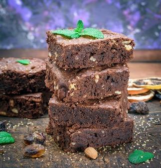 Morceaux de tarte au brownie aux noix