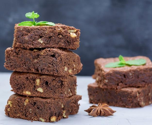 Morceaux de tarte au chocolat brownie aux noix