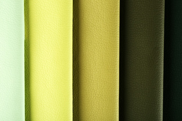 Des morceaux de tissu coloré se bouchent