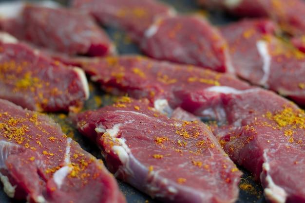 Morceaux de veau frais aux épices de paprika, tranchés en darnes de bœuf crues