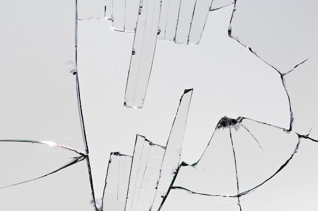Morceaux de verre cassé, fissures sur la fenêtre
